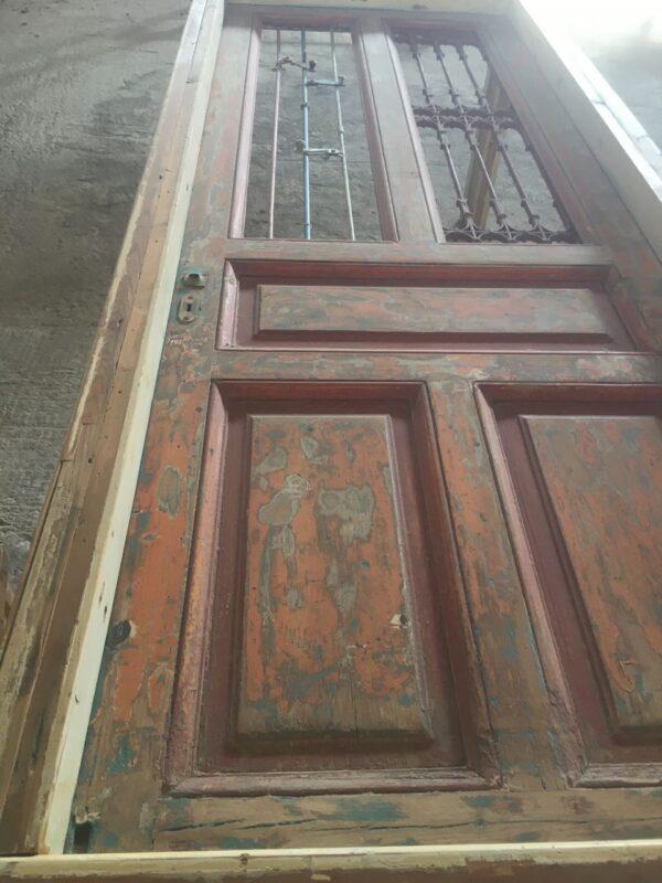 τραπέζι με παλιά πόρτα