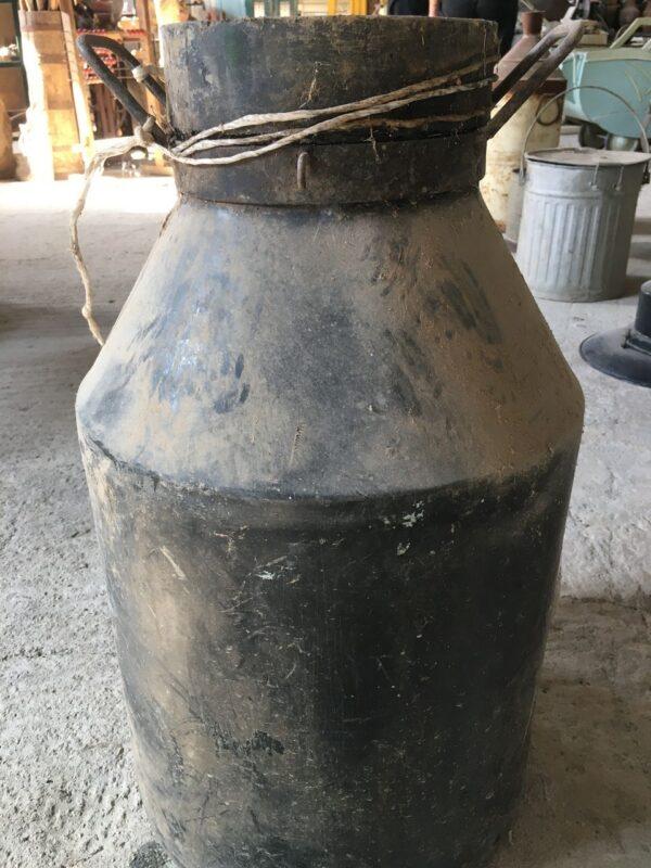 Παλιά κάδη για γάλα μεταλλικό σκεύος του 1930 σε άριστη κατάσταση, ύψος 65εκ., μήκος 40εκ., τιμή 90 ευρώ.