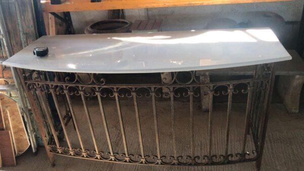 Εταζέρα παλιό ελληνικό κάγκελο από μπαλκόνι και λευκό μάρμαρο οβάλ