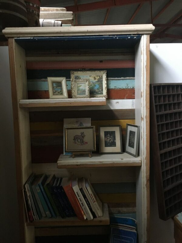 Βιβλιοθήκη από παλιά ελληνική ξυλεία