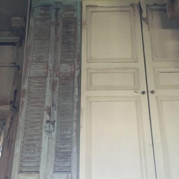 Ντουλάπα δίφυλλη από παλιές ελληνικές πόρτες και παλιά παραθυρόφυλλα
