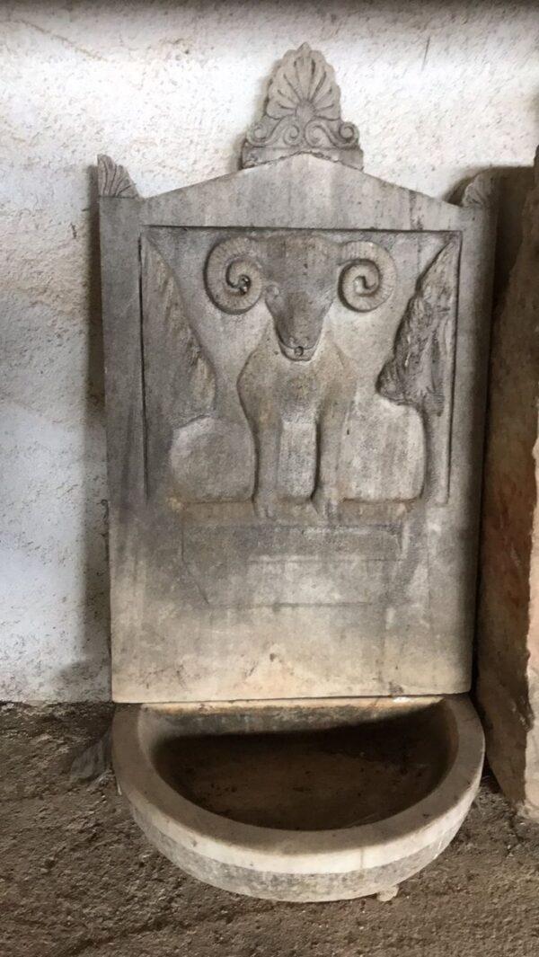 Βρύση από παλιό ελληνικό μάρμαρο, με σκαλιστό χειροποίητο ανάγλυφο κριάρι και νεοκλασικό ανθέμιο