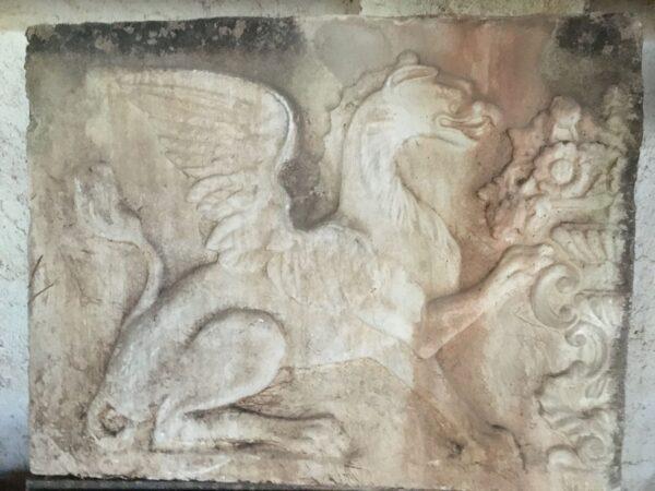 Γκρίφον , ανάγλυφο επιτοίχιο από τσιμέντο για εντοιχισμό