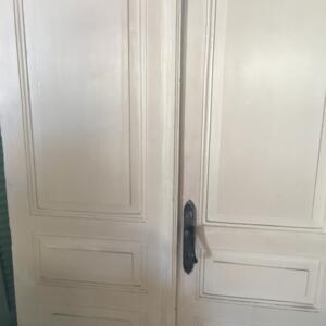 Πόρτα, παλιά δίφυλλη πόρτα από μασίφ ξύλο οξιάς, ελληνικό νεοκλασικό στοιχείο του 1910