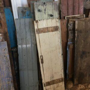 παλιές ελληνικές ξύλινες πόρτες από αρχοντικά του προηγούμενου αιώνα